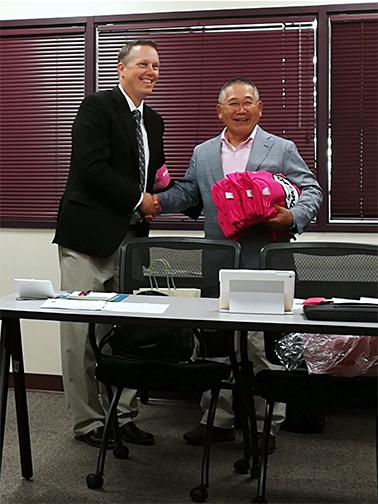 ピンクシャツデー運動が活発なカナダ・バンクーバー市長を表敬訪問