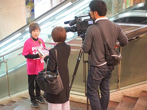 テレビ取材を受ける副代表推進委員の吉富多美代